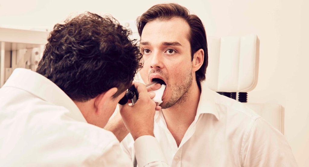 Доктор Вольт исследует голосовой аппарат пациента