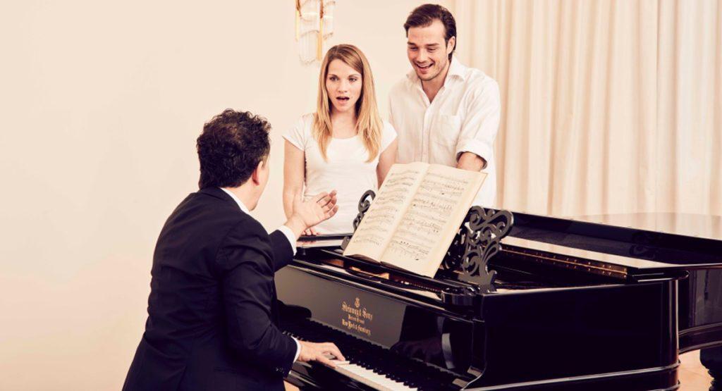 Доктор Вольт во время вокально-педагогической работы с певцами